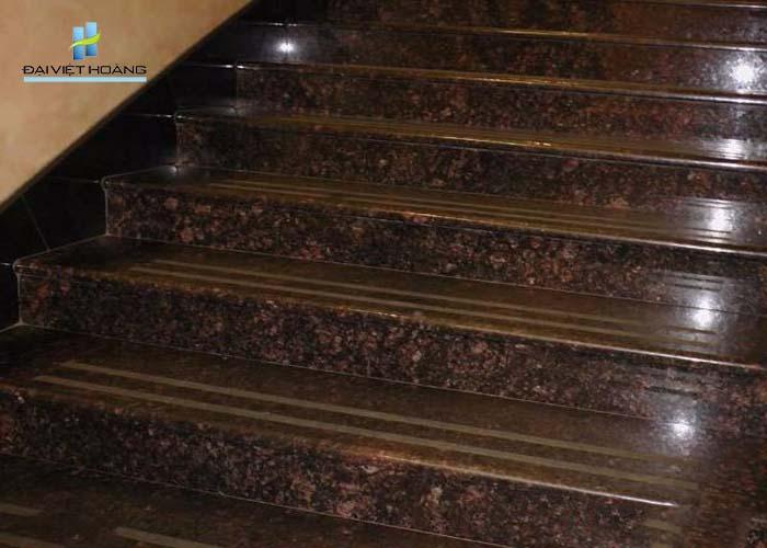 đá cầu thang nâu anh quốc