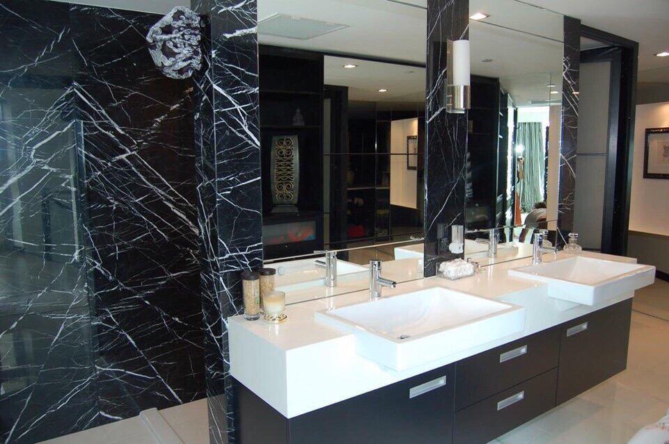 Marble đen tia chớp ốp phòng tắm
