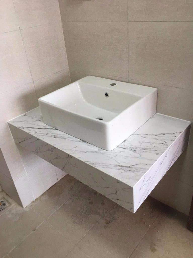 Trắng vân mạch thi công bàn lavabo