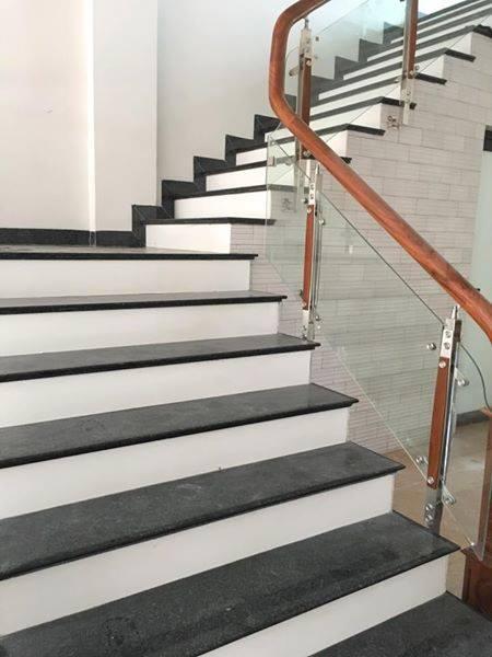 Granite đen kim sa làm mặt cầu thang kết hợp cổ trắng sứ