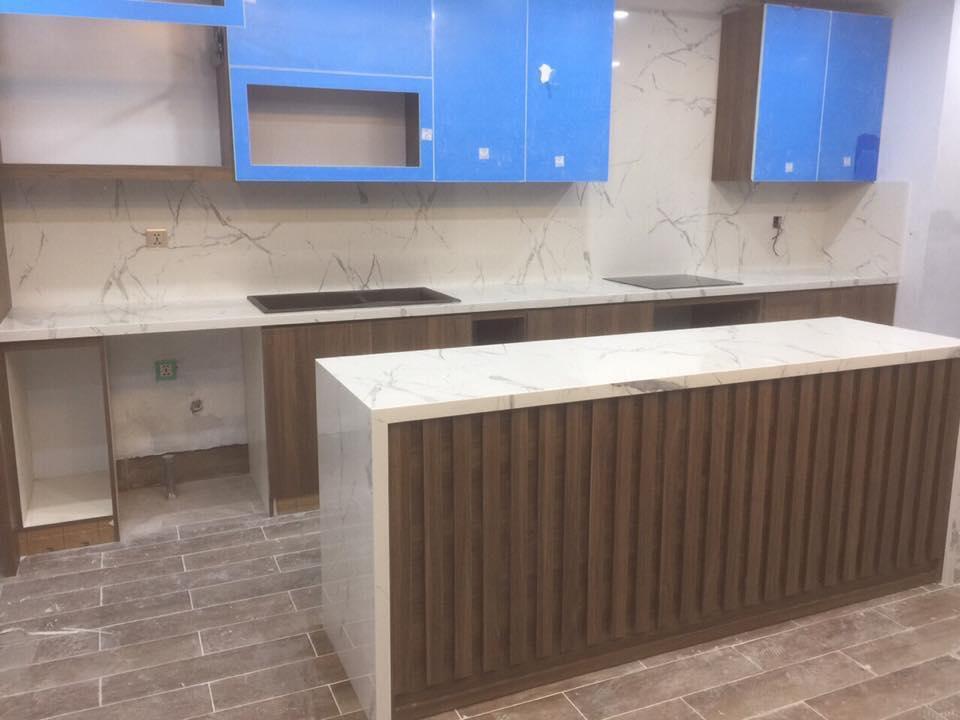 Mặt đá bếp kết hợp tủ gỗ là sự kết hợp hoàn hảo