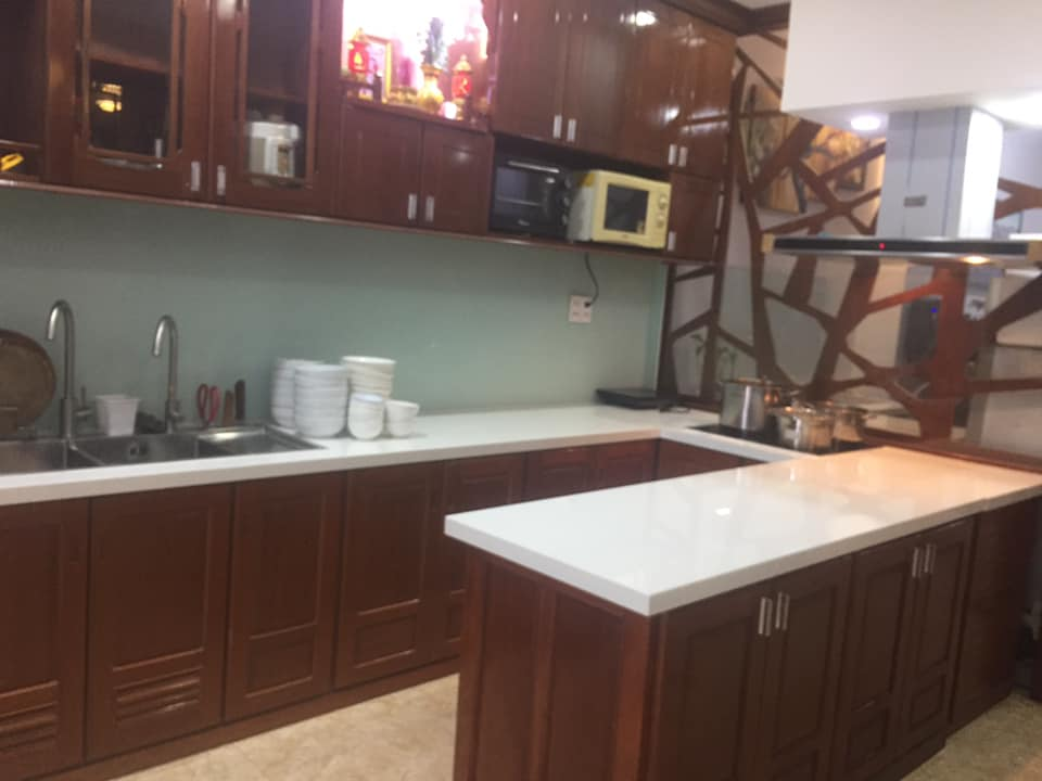 Mặt đá tủ bếp màu trắng tôn lên vẻ đẹp không gian bếp.